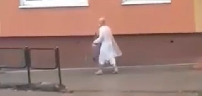 Starszy mężczyzna w białym fartuchu  z butlą gazową biegał po Zatorzu w Olsztynie. Uciekł ze szpitala psychiatrycznego? [WIDEO]