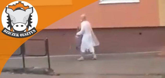 Artykuł: Starszy mężczyzna w białym fartuchu  z butlą gazową biegał po Zatorzu w Olsztynie. Uciekł ze szpitala psychiatrycznego? [WIDEO]