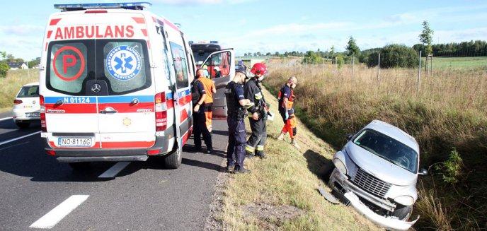 Artykuł: Groźne zdarzenie pod Dywitami. Chrysler wylądował w rowie [ZDJĘCIA]