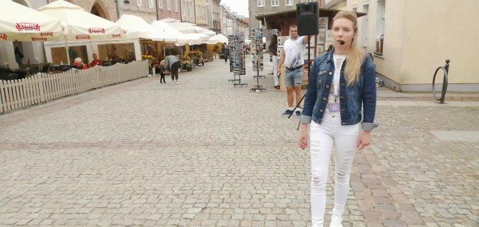 Młoda kobieta głosiła Ewangelię na Starym Mieście w Olsztynie [WIDEO]