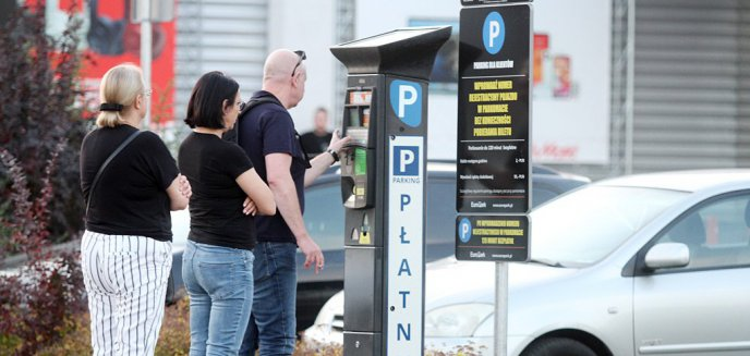 To koniec darmowego parkowania. Parkomaty przy hipermarkecie Auchan już działają [ZDJĘCIA]