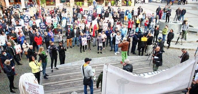 Artykuł: Na olsztyńskiej starówce protestowali przeciw ograniczeniom związanym z pandemią [ZDJĘCIA, WIDEO]
