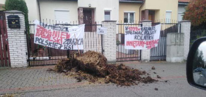 ''Zdradził polską wieś''. Rolnicy wysypali obornik pod domem posła PiS z Ostródy [AKTUALIZACJA]