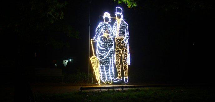 Artykuł: W parku Jakubowo stanęły ogromne iluminacje, nawiązujące do lat 20. XX wieku [ZDJĘCIA]
