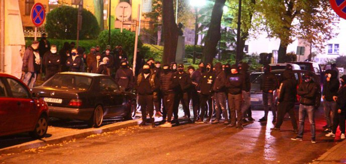 Artykuł: Strajk Kobiet. Kibice Stomilu i środowiska prawicowe nie pozwoliły protestującym podejść pod kościół [ZDJĘCIA] [WIDEO]