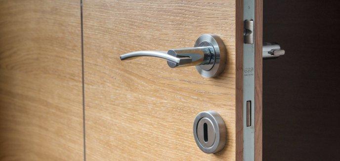 Artykuł: Zadzwoniła na policję, bo nieproszony mężczyzna dobijał się do jej drzwi. Sama trafiła za kraty...
