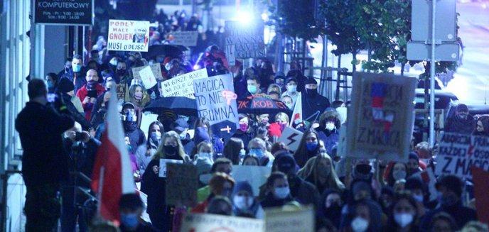 Artykuł: Strajk Kobiet. Setki demonstrujących w środowy wieczór na ulicach Olsztyna [ZDJĘCIA]