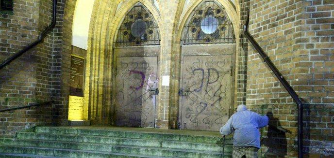 Artykuł: Atak na kościół przy ul. Kromera w Olsztynie. Zniszczono drzwi świątyni [ZDJĘCIA]