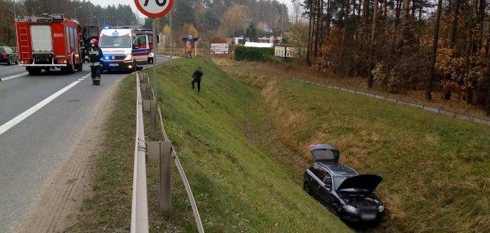 Artykuł: 81-letni kierowca zawracał w niedozwolonym miejscu na DK16. Jedno auto wjechało do rowu [ZDJĘCIA]