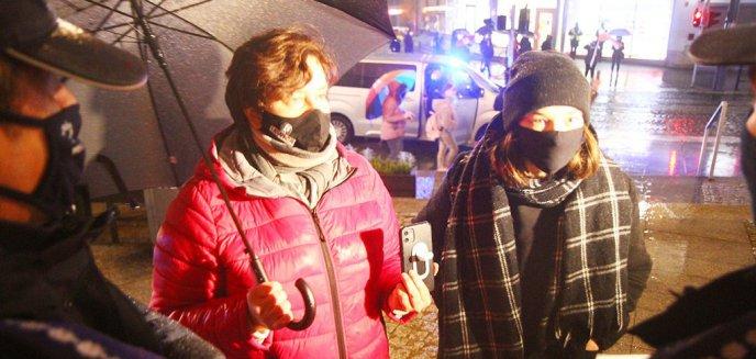Artykuł: Strajk Kobiet. Posłanka Monika Falej w starciu słownym z policjantami [ZDJĘCIA, WIDEO]