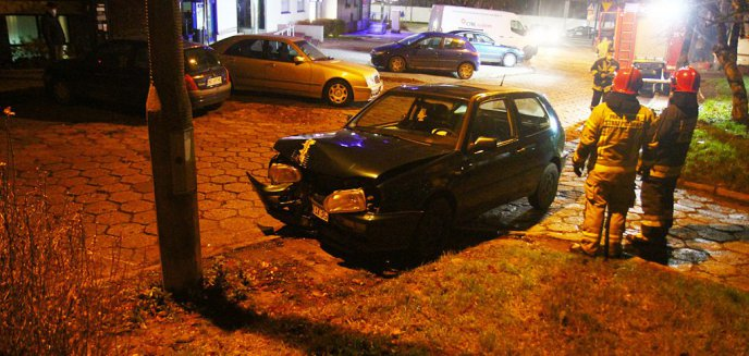 Artykuł: Skończyło się ''rumakowanie''. Kierowca vw golfa uderzył w latarnię i uciekł [ZDJĘCIA] [AKTUALIZACJA]