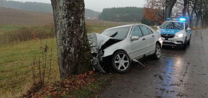 Wypadek pod Olsztynem. 29-letni kierowca mercedesa uderzył w drzewo