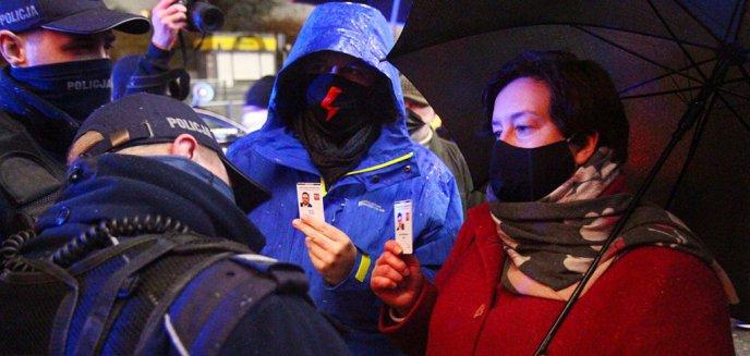 Artykuł: Policja próbowała zablokować protest kobiet w Olsztynie. Masowe legitymowania [ZDJĘCIA]