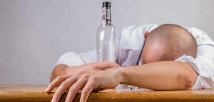 Artykuł: 40-letni olsztynianin ukradł butelkę wódki i... wypił ją w sklepie