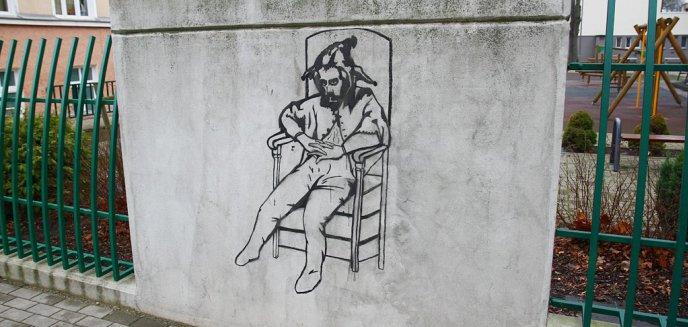 Artykuł: Street art. Stańczyk na murze okalającym Szkołę Podstawową nr 2 w Olsztynie