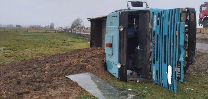 Artykuł: Na DK 53 wywróciła się ciężarówka przewożąca żwir. 51-letni kierowca był pijany [ZDJĘCIA]