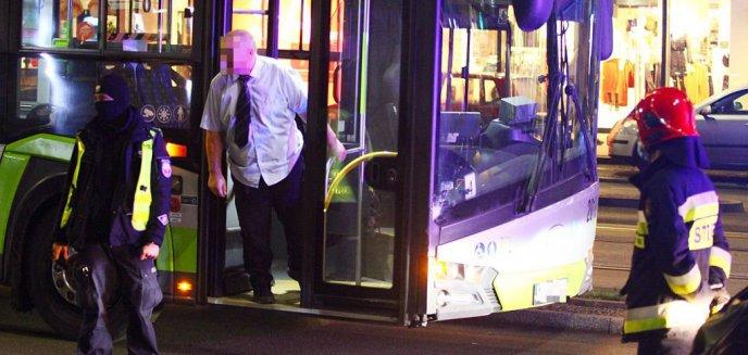 Artykuł: Kolizja w centrum Olsztyna. Kierowca auta osobowego zderzył się z autobusem miejskim [ZDJĘCIA]