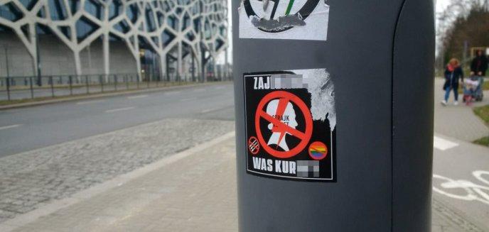 Strajk Kobiet. Wulgarne wlepki pojawiły się na ulicach Olsztyna