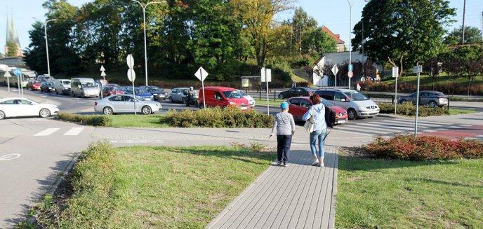 Czy na rondzie Ofiar Katastrofy Smoleńskiej kierowcy jeżdżą niezgodnie z przepisami?