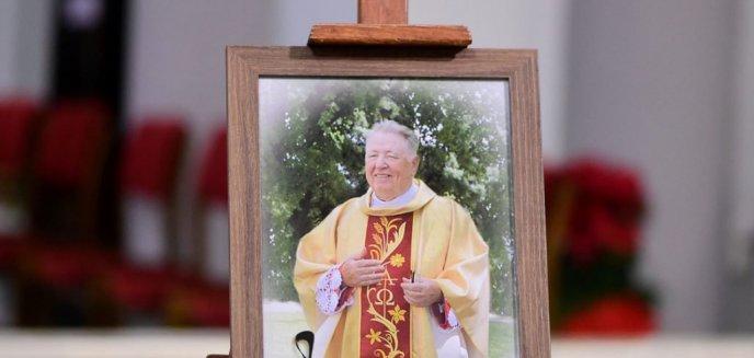 Artykuł: Tłumy wiernych na pogrzebie znanego księdza z Olsztyna