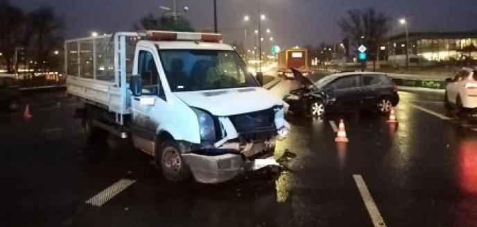 Artykuł: Zderzenie busa z volkswagenem na ul. Towarowej. Auta odjechały na lawetach [ZDJĘCIA]