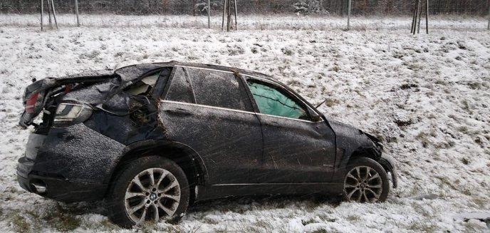 BMW wielokrotnie dachowało na S7 pod Olsztynkiem [ZDJĘCIA]