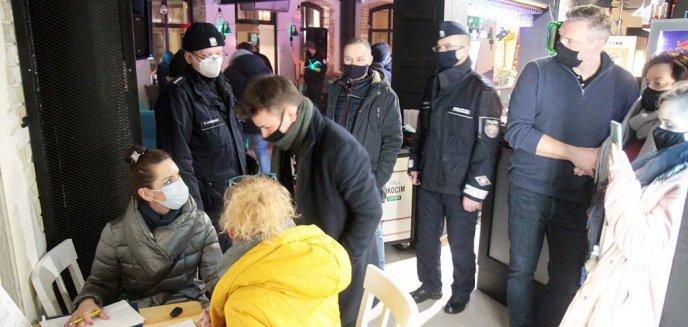 Otworzył klub nocny na starówce w Olsztynie. Na imprezę przyszła też policja i sanepid [ZDJĘCIA, WIDEO]