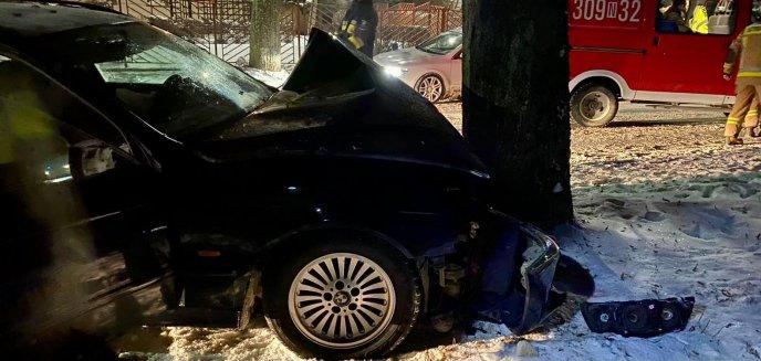 Artykuł: Kierowca BMW uderzył w drzewo w Jonkowie pod Olsztynem