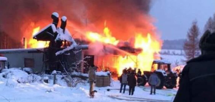 Kolejny pożar budynku gospodarczego w regionie. Spłonął ciągnik i całe wyposażenie