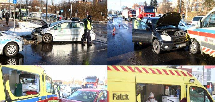Artykuł: Karambol z udziałem m.in. karetki pogotowia i taxi na ''przeklętym'' skrzyżowaniu w Olsztynie [ZDJĘCIA]