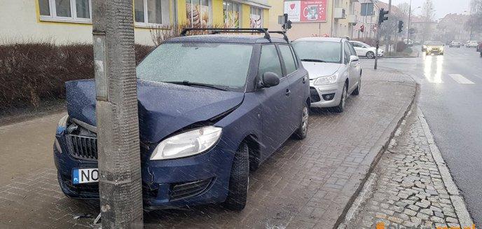 Zatorze. Kierowca ''zaparkował'' skodę na latarni [ZDJĘCIA]