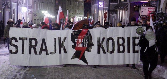Artykuł: Strajk Kobiet. Blisko setka osób na piątkowym proteście w Olsztynie [ZDJĘCIA]