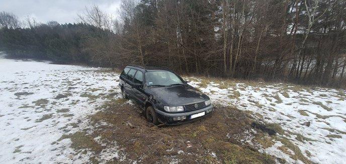 Artykuł: Rajd po lesie zakończył się nie po ich myśli. Porzucili auto na środku polany pod Olsztynem [ZDJĘCIA]