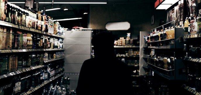 Artykuł: 54-latek chciał okraść sklep monopolowy w Olsztynie, ale... zaklinował się w okienku