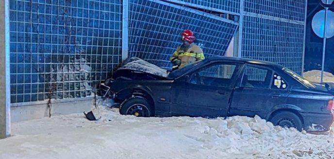 24-letni kierowca BWM z impetem wjechał w bariery energochłonne na ul. Płoskiego w Olsztynie. Był pijany [ZDJĘCIA]