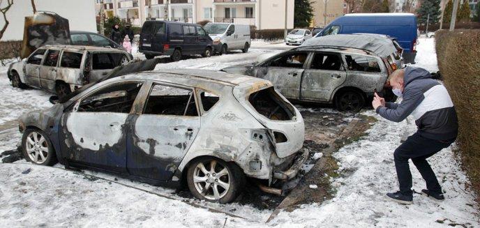 Straszne! Spłonęło osiem aut na olsztyńskich Jarotach [ZDJĘCIA]
