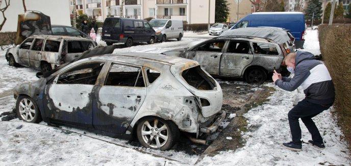 Artykuł: Wracamy do sprawy pożaru ośmiu aut na olsztyńskich Jarotach. Policjanci szukają świadków