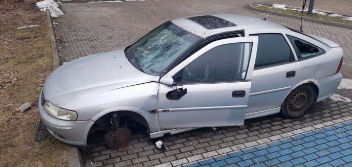 Plaga wraków aut w Olsztynie. Na parkingu przy Ukielu porzucono kolejny pojazd [ZDJĘCIA]