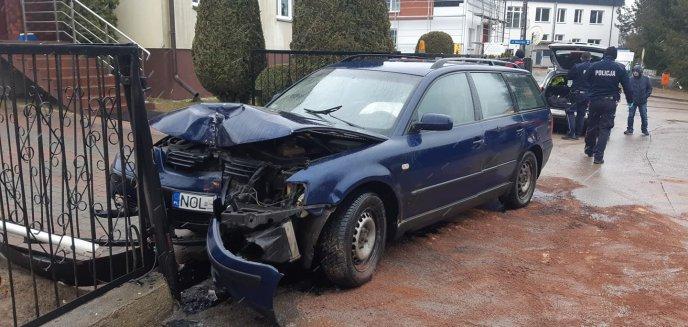 Pijany kierowca volkswagena wjechał w ogrodzenie posesji pod Olsztynem