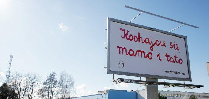 Artykuł: ''Kochajcie się mamo i tato''. W Olsztynie pojawiły się promujące małżeństwo billboardy