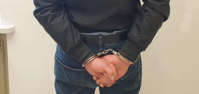 Artykuł: Z zazdrości pobił 34-latkę i jej córkę, wcześniej próbował potrącić policjanta. Olsztynianin usłyszał aż siedem zarzutów