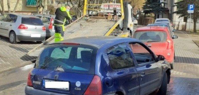 Artykuł: Porzucony samochód marki renault usunięty z jednego z parkingów na ulicy Żołnierskiej [ZDJĘCIA]