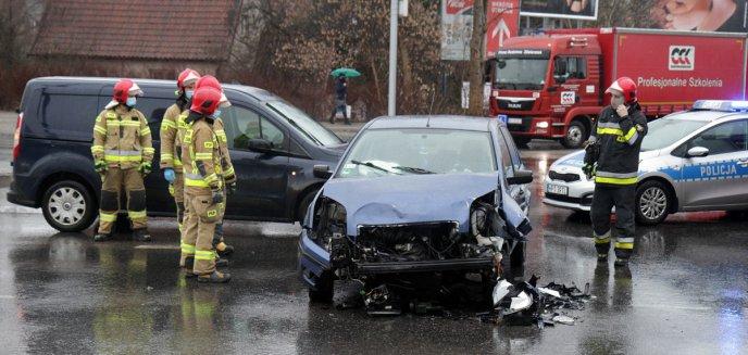 Artykuł: Kolizja na ważnym skrzyżowaniu w Olsztynie. Zderzyły się trzy auta [ZDJĘCIA]