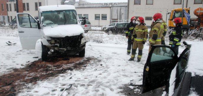 Artykuł: Wypadek na ul. Towarowej w Olsztynie. Kierowca dostawczego mercedesa zderzył się z dwoma autami [ZDJĘCIA]