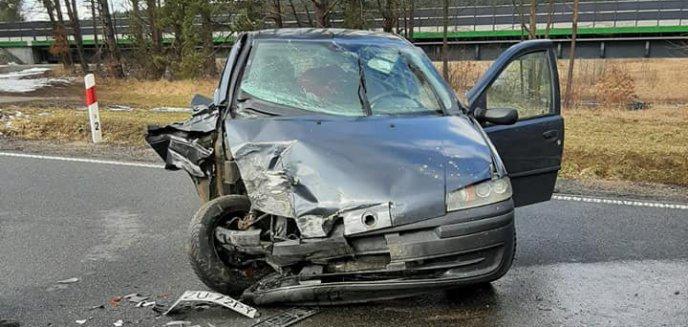 Artykuł: Poważne zdarzenie pod Olsztynem. Traktor z przyczepą zderzył się z fiatem [ZDJĘCIA]