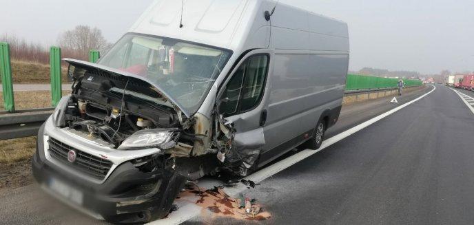 Zderzenie busa z osobowym peugeotem pod Olsztynem. 55-latka była zakleszczona w pojeździe [ZDJĘCIA]