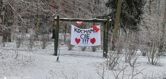 ''Kochamy cię''. Niecodzienny transparent pod oknami szpitala w Olsztynie