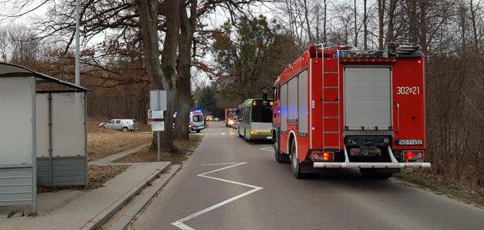 Artykuł: Groźne zdarzenie w gminie Dywity. Kobieta została potrącona po wyjściu z autobusu