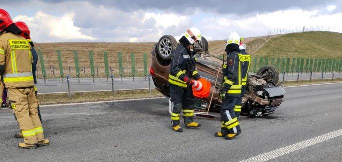 Artykuł: 52-letnia kierująca fordem dachowała na obwodnicy Olsztyna [ZDJĘCIA]