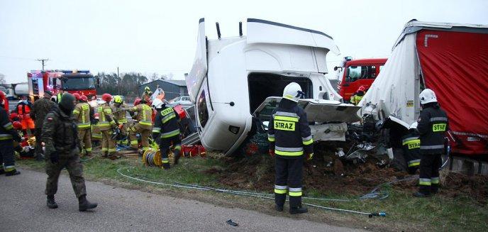 Artykuł: Tragiczny wypadek na trasie Olsztyn-Barczewo. Nad ranem zmarła trzecia osoba